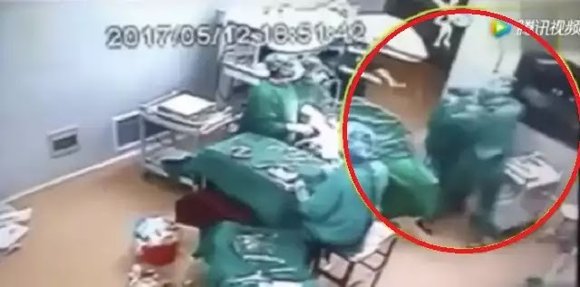 Απίστευτο βίντεο: Γιατροί «παίζουν ξύλο» ενώ ο ασθενής χειρουργείται