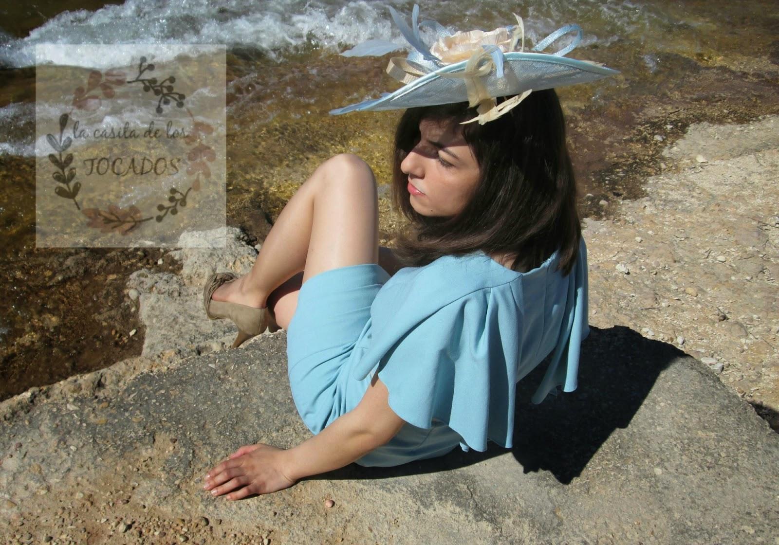 Pamela Atlanta color azul celeste y beige con vestido en las mismas tonalidades.