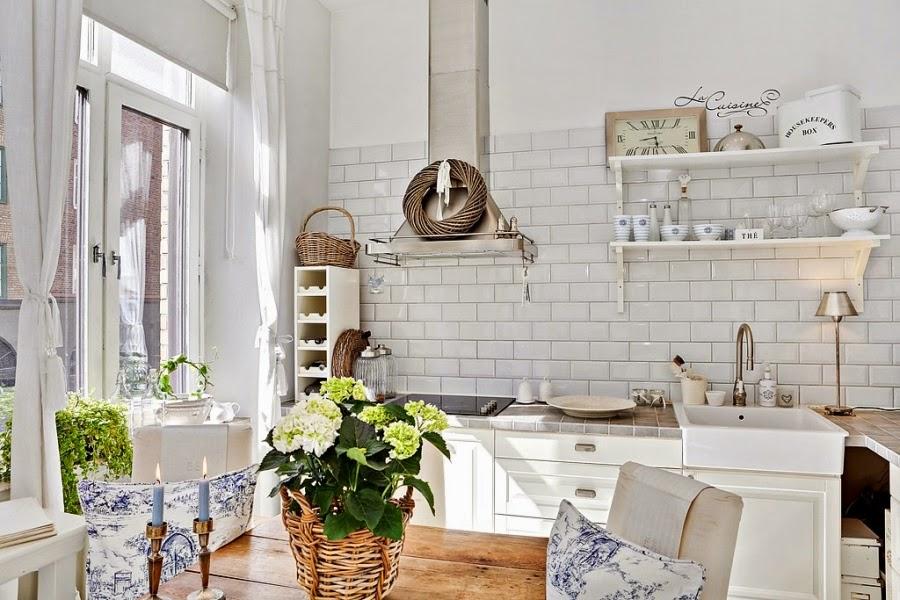 białe wnętrze, styl skandynawski, wiklinowy koszyk, ratanowy koszyk, kuchnia, zlew, okap