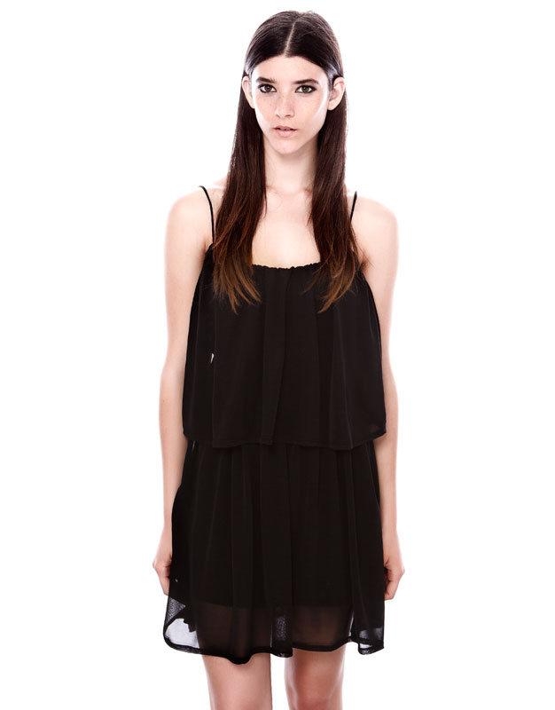 hareketli dökümlü askılı siyah şifon elbise
