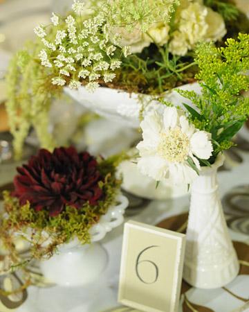 Mesa de la boda con flores y toques verdes
