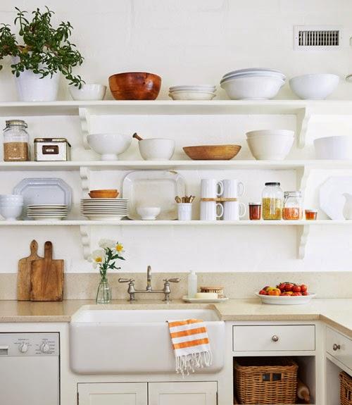 Una cocina blanca y llena de encanto desde my ventana - Cocinas sin muebles arriba ...