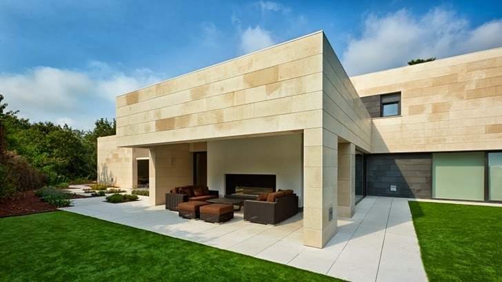 Minimalism and stone facade by foraster arquitectos for Modern stone houses architecture