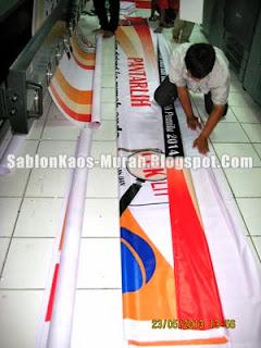 sablon kaos murah : tahap finishing pembuatan banner spanduk