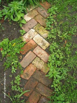 Sendero de jardín cubierto de ladrillos colorados