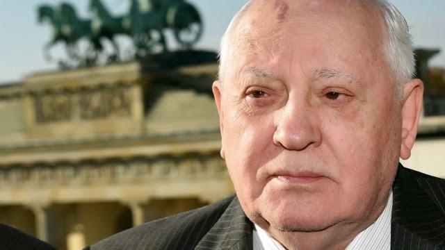 Ο Μιχαήλ Γκορμπατσόφ ο πρώην ηγέτης της Σοβιετικής Ένωσης μπροστά από την Πύλη του Βρανδεμβούργου στο Βερολίνο.