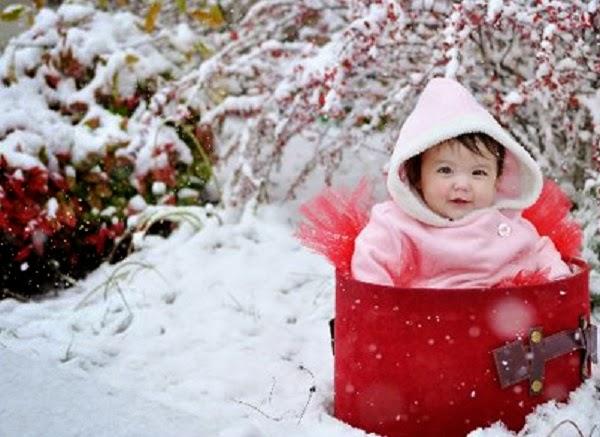 Photo bébé mignon dans la neige