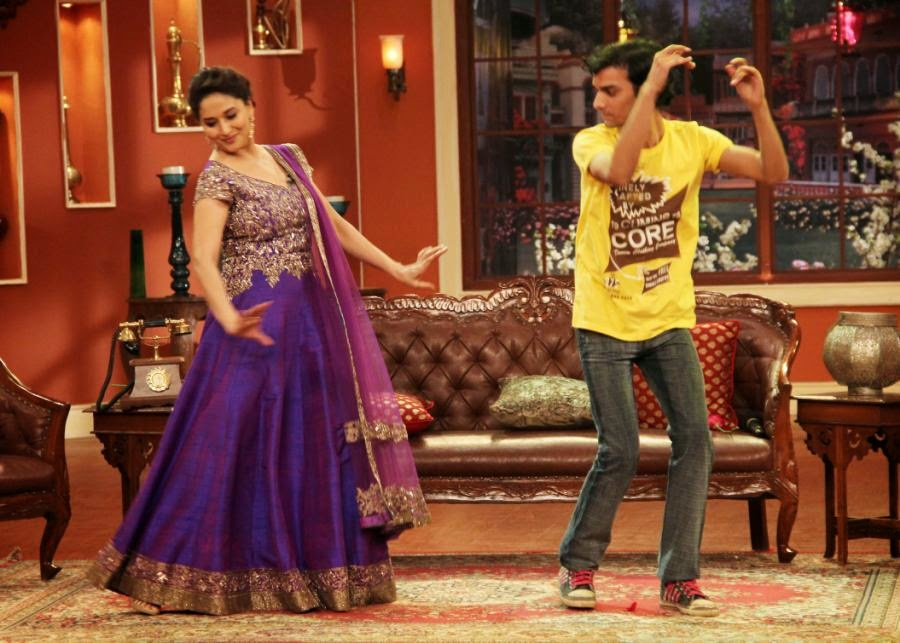 http://2.bp.blogspot.com/-1ps5kRggg9Y/UqxAWeqCpcI/AAAAAAABm4M/Nm-t3W-K_ks/s1600/Dedh-Ishqiya-Promotions-Comedy-Nights-With-Kapil-Sets-3.JPG