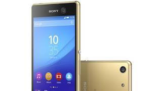 Το Xperia M5 σε χρυσαφί χρώμα Η κύρια κάμερα στο πίσω μέρος διαθέτει έναν αισθητήρα 21.5 megapixels με, σταθεροποίηση εικόνας, γρήγορη αυτόματη εστίαση και της Sony ποιοτικά καλύτερη ψηφιακή εστίαση. Βίντεο εγγραφές μπορούν να γίνουν σε 4K. Η μπροστινή κάμερα είναι 13 megapixel για selfie.