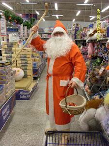 Suomen Joulupukki keppiä tuhmille ja karkkia kilteille lapsille