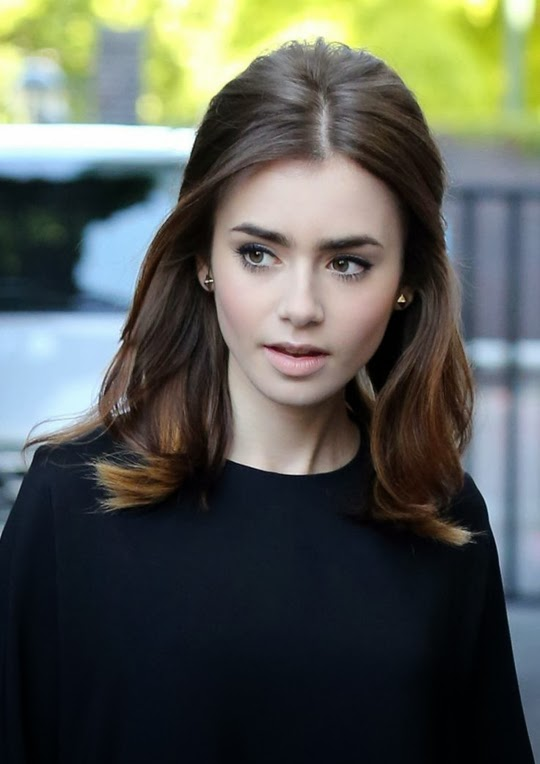 Lilly Collins peinado con volumen