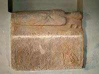 Sarcòfag del mur lateral esquerra representant un religiós