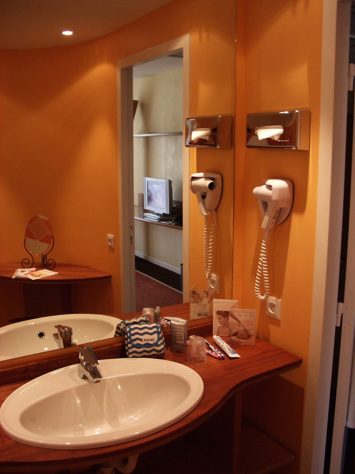 My Teak Home: Decorating Solutions For Bathrooms Without Windows