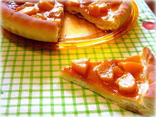 Pizza dolce con pesche sciroppate tagliate a pezzi, una ricetta super buona e sana