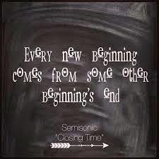 Cada nuevo comienzo viene desde el final de otro comienzo (suena mejor en ingles)