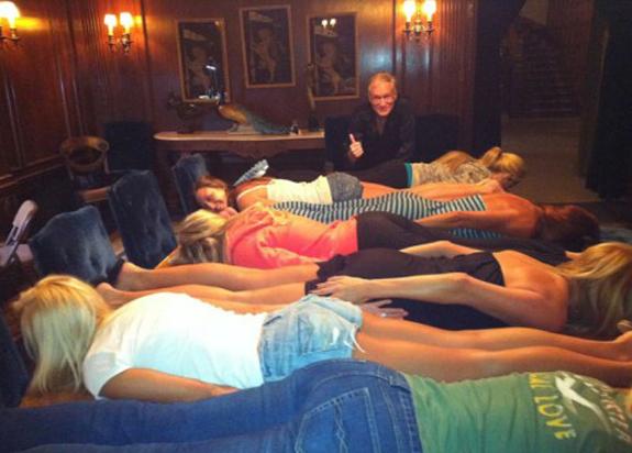 Hugh Hefner se entera del Planking y lo quiso practicar con sus conejitas playboy