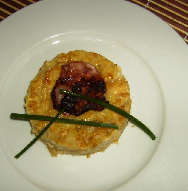 tortilla de patatas con cebolla confitada y crujiente de bacon