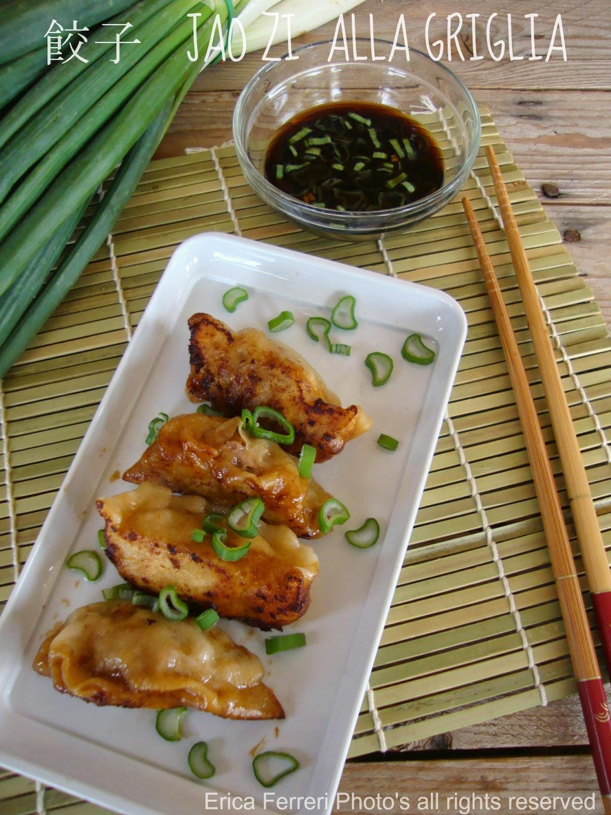 Ravioli cinesi di carne alla piastra