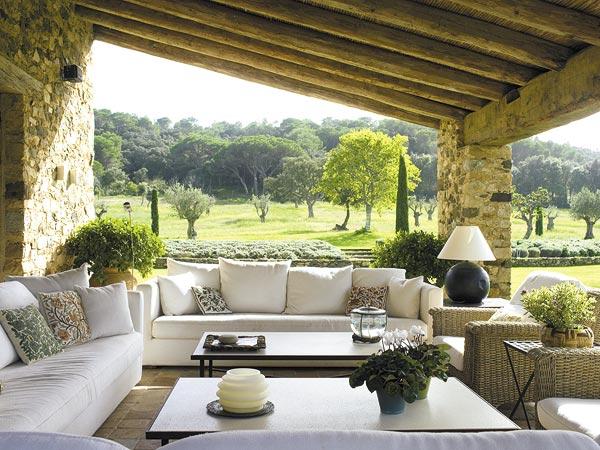 Estilo rustico galerias abiertas y frescas for Jardines exteriores de casas de campo