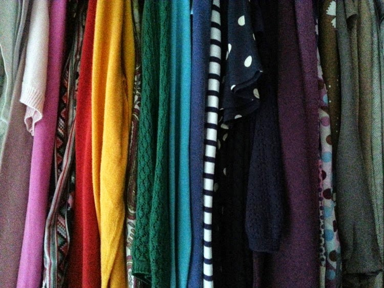 Arrange wardrobe clothes by colour color rainbow