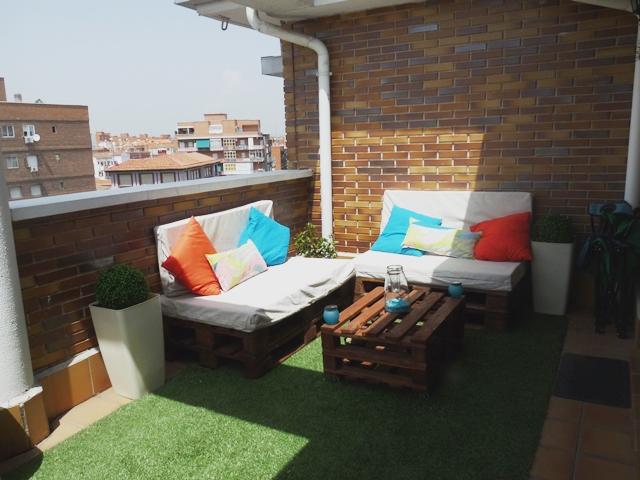 Una terraza con palets y cajas de frutas : x4duros.com