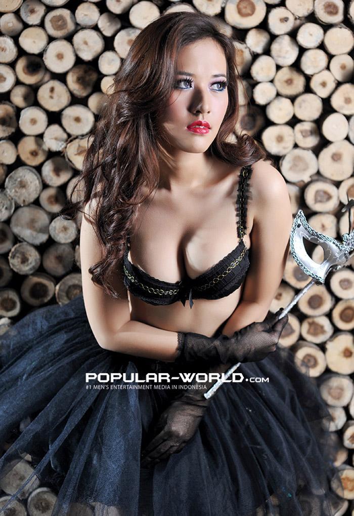Foto Artis Indonesia , model cantik Adinda Cempaka menghiasi majalah