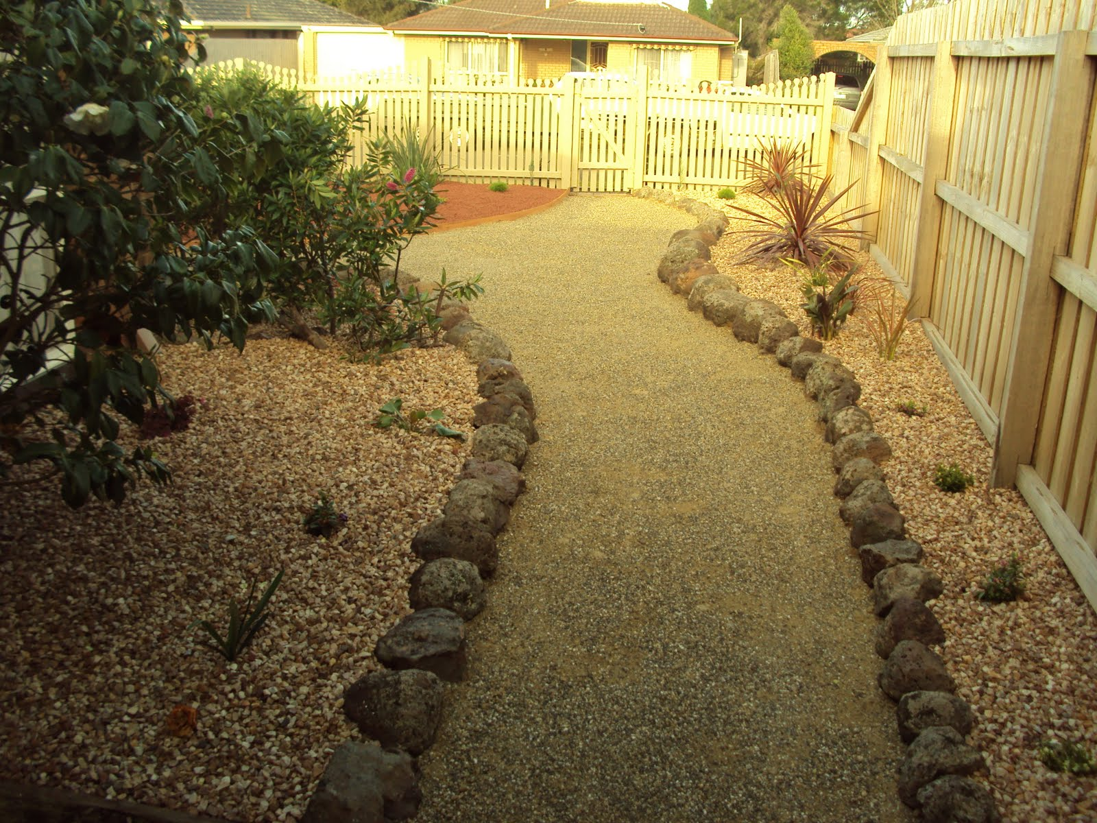 Scorpio landscaping geelong low maintenance tuscan garden for Low maintenance garden edging