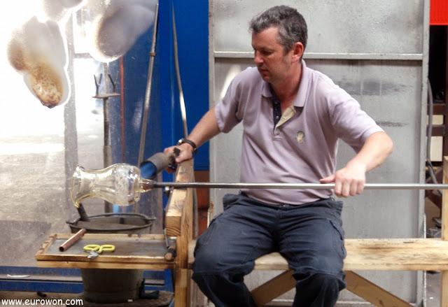 Fabricando una jarra de cristal por métodos artesanales