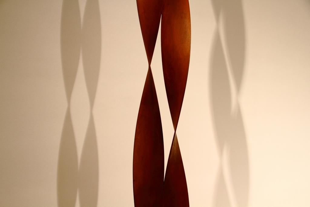À sombra de Magritte, by Guillermo Aldaya / PhotoConversa