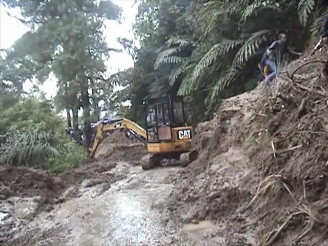 Hujan deras, Jalan menuju garut selatan tertimbun longsor, puluhan pengendara terjebak.