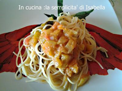 spaghetti con pomodori verdi .