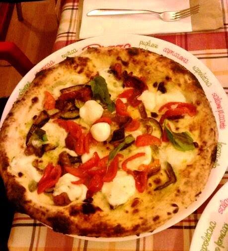Pizza con mozzarella di bufala e verdure grigliate