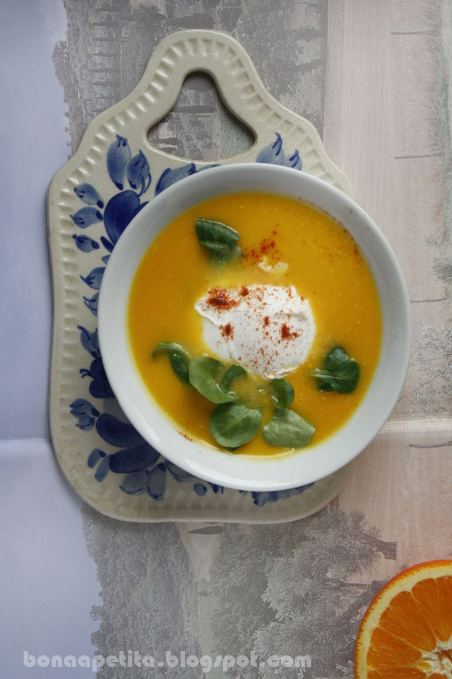 Zupa krem z dyni na ostro z wkładka pomaranczowa i jajkiem w koszulce