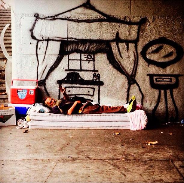 Artista crea hogares imaginarios para las personas que viven en las calles