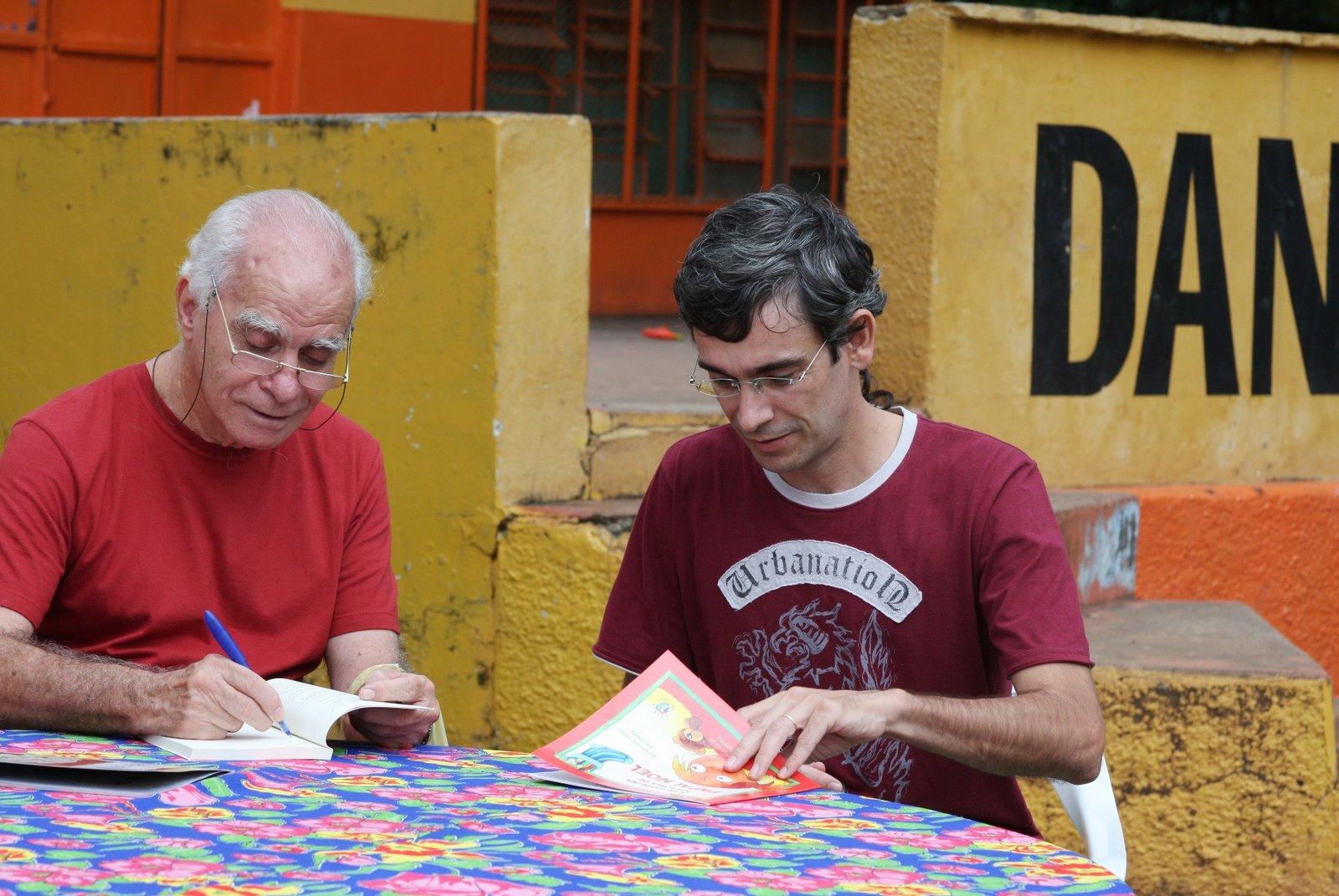 Eu e o Inácio Loyola de Brandão, autografando na primeira Flipiri