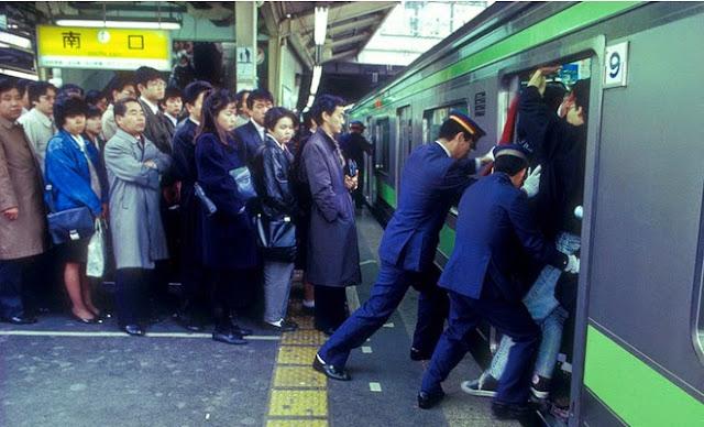 Oshiya, los empujadores del metro de Tokio, Japón