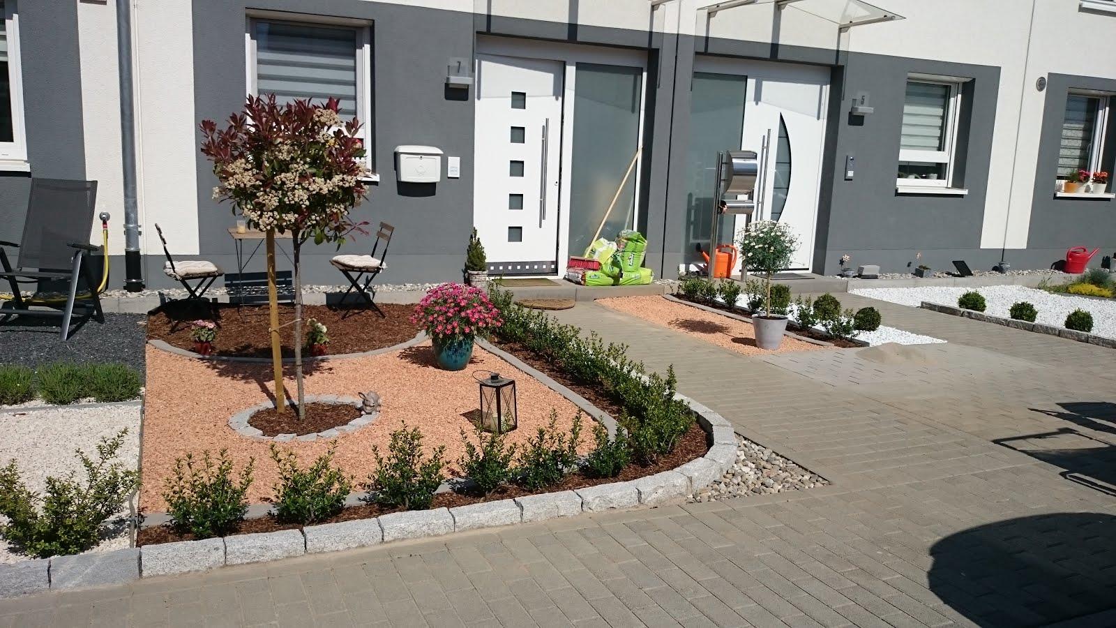 Vorgarten mit kies und rindenmulch for Gartengestaltung nordseite