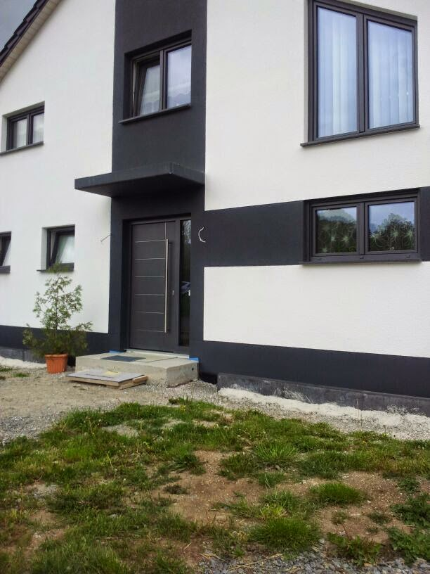 haus mit anthrazit fenster alulux aluminium an weier hausfassade rtlicher klinker rotes dach. Black Bedroom Furniture Sets. Home Design Ideas