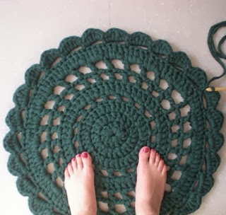 http://www.myworldofwool.com/2013/04/tutorial-how-to-make-carpet-with.html