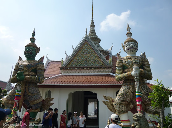 Statues of Indrajit and Sahatsadecha at Wat Arun