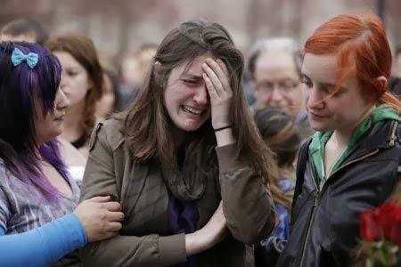 Một cô gái khóc vì những mất mát đau lòng trong vụ nổ bom ở cuộc thi chạy marathon Boston