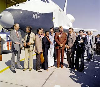 Il cast di Star Trek  e gli  amministratori NASA alla cerimonia dello Shuttle Enterprise