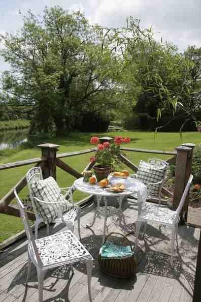 Ażurowe meble ogrodowe, inspiracja aranżacji tarasu i balkonu,  stół i krzesła prowansalskie