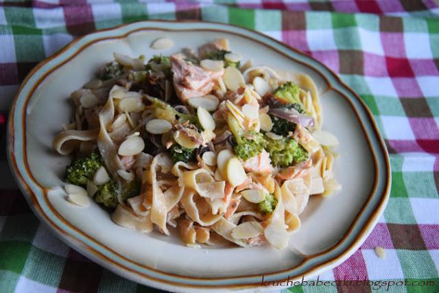 Papardelle pełnoziarniste z łososiem, brokułem, migdałami i mascarpone