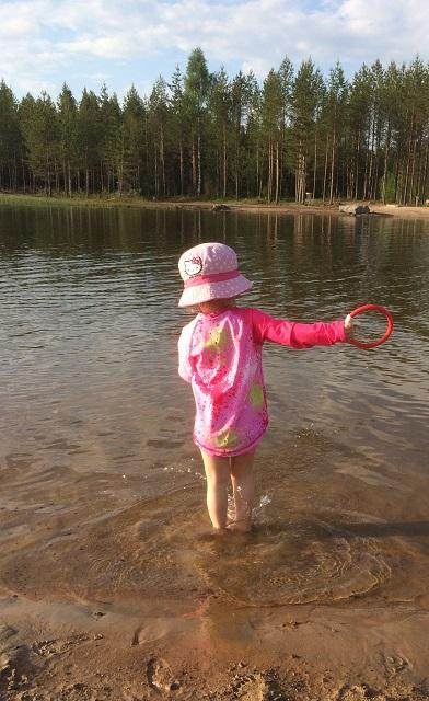 Roosa leikkimässä matalassa rantavedessä
