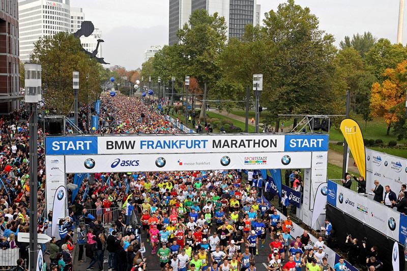 Der Laufgedanke Frankfurt Marathon Hammering Man An Der Startlinie