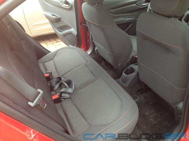 carro Onix Chevrolet - espaço traseiro