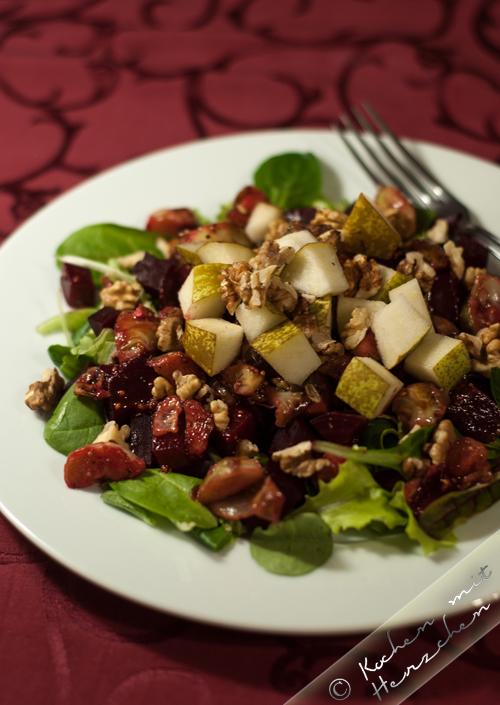 Feiner Herbstsalat mit Rote Beete, Rosenkohl, Birne und Walnüssen