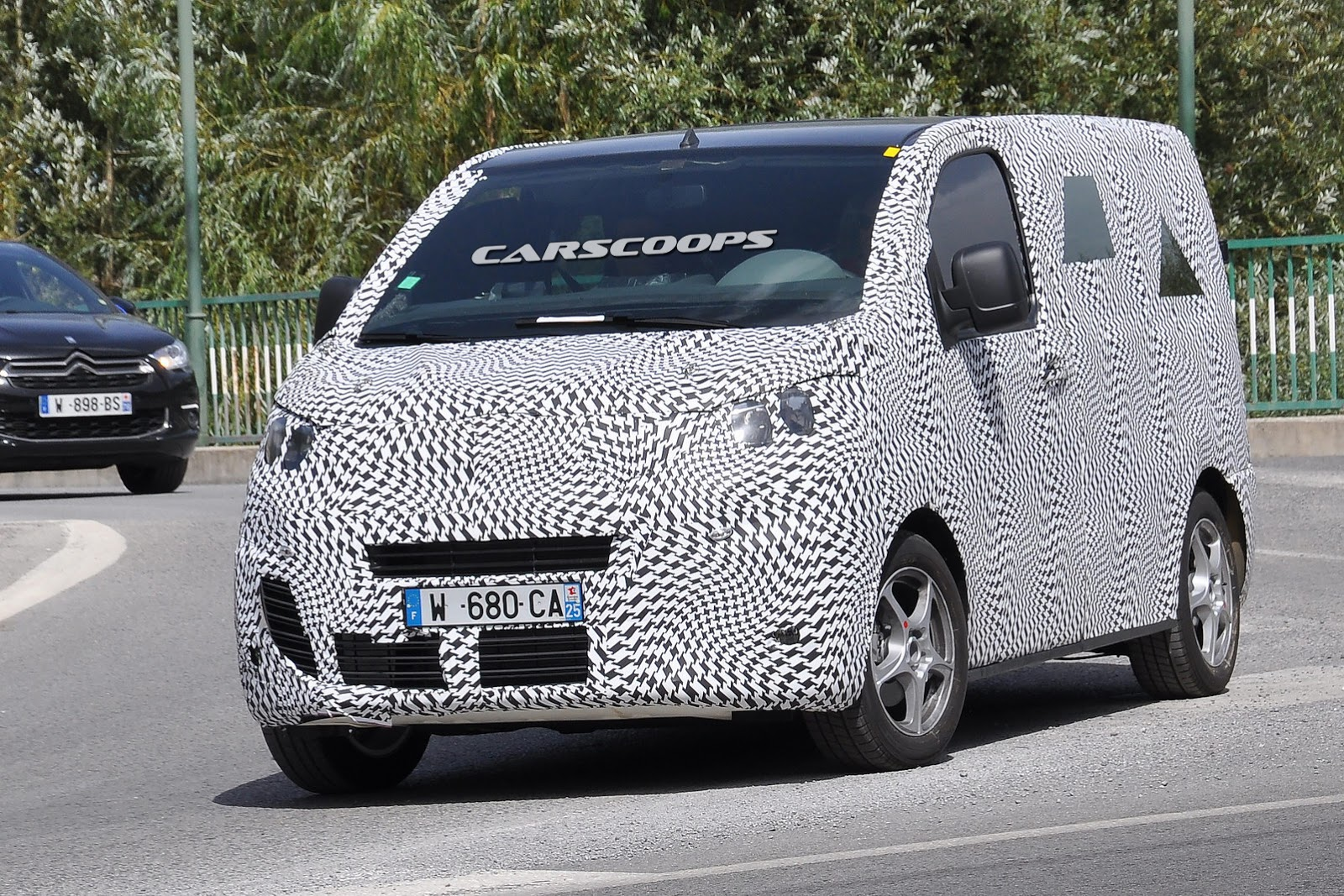 citroen spied testing jumpy van with tubik concept styling influences carscoops. Black Bedroom Furniture Sets. Home Design Ideas