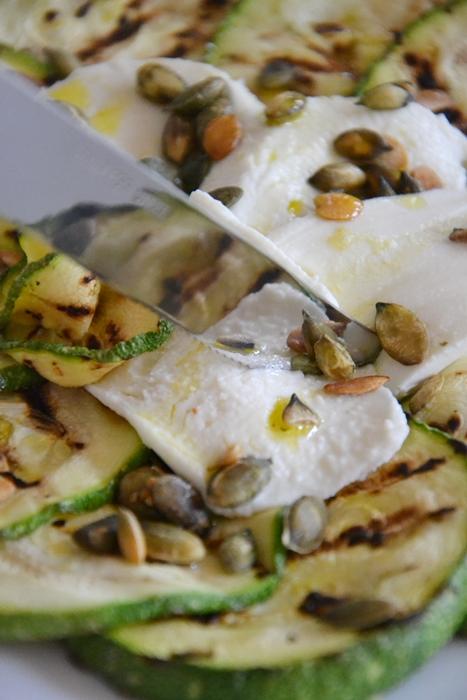 zucchine grigliate con bufala e semi di zucca all'olio all'arancia e menta